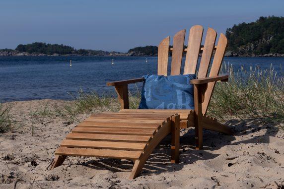 Skagen Adirondack stol med skammel i teak